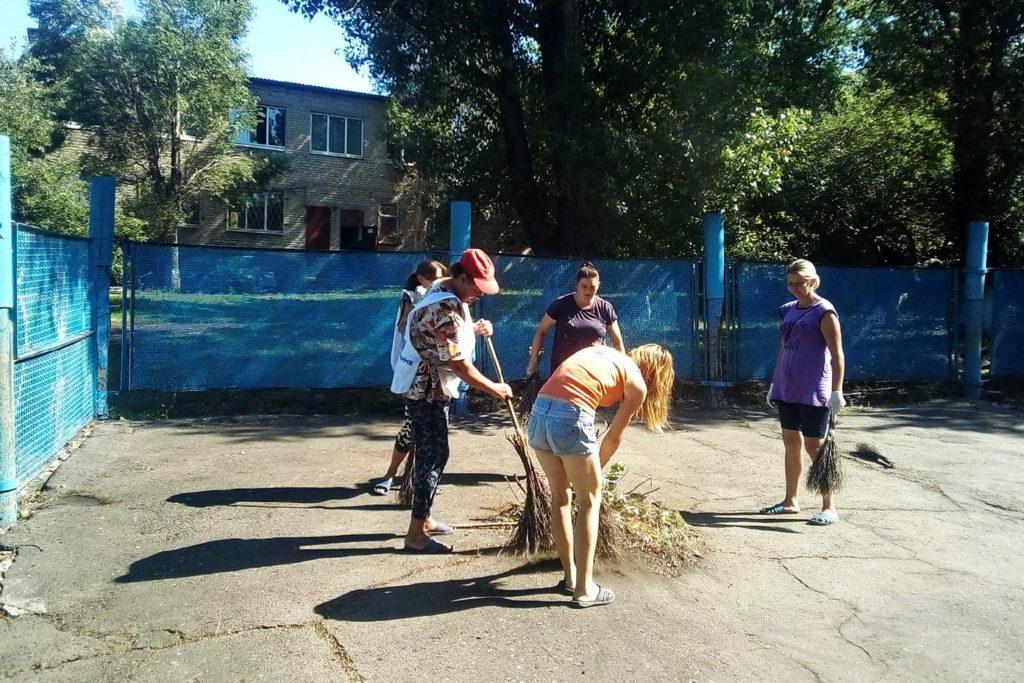 Краснолучские активисты ОД «Мир Луганщине» благоустроили танцевальную площадку в поселке Хрустальное
