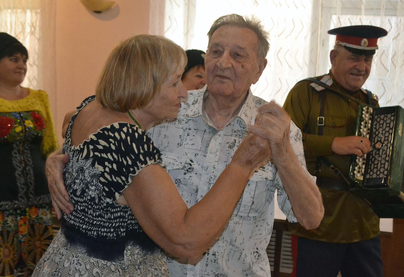 Активисты ОД «Мир Луганщине» поздравили 95-летием ветерана Великой Отечественной войны Анатолия Бондаря