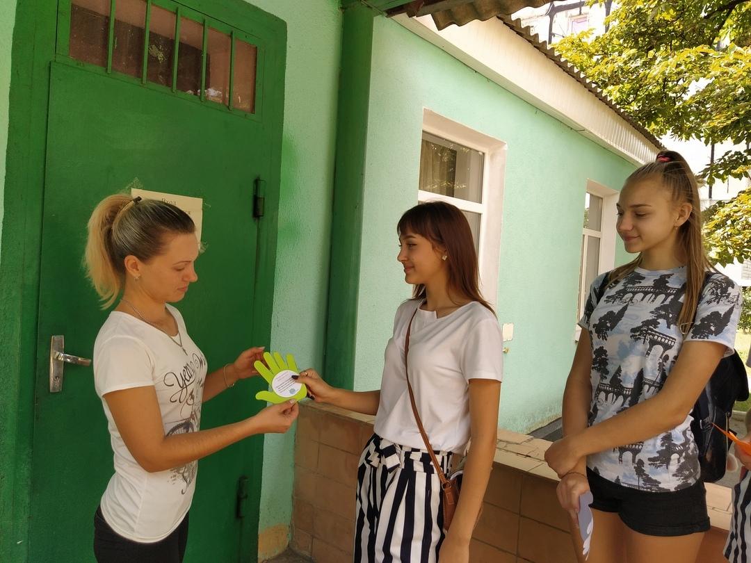 В посёлке Металлист молодежь поздравила односельчан с Международным днем дружбы