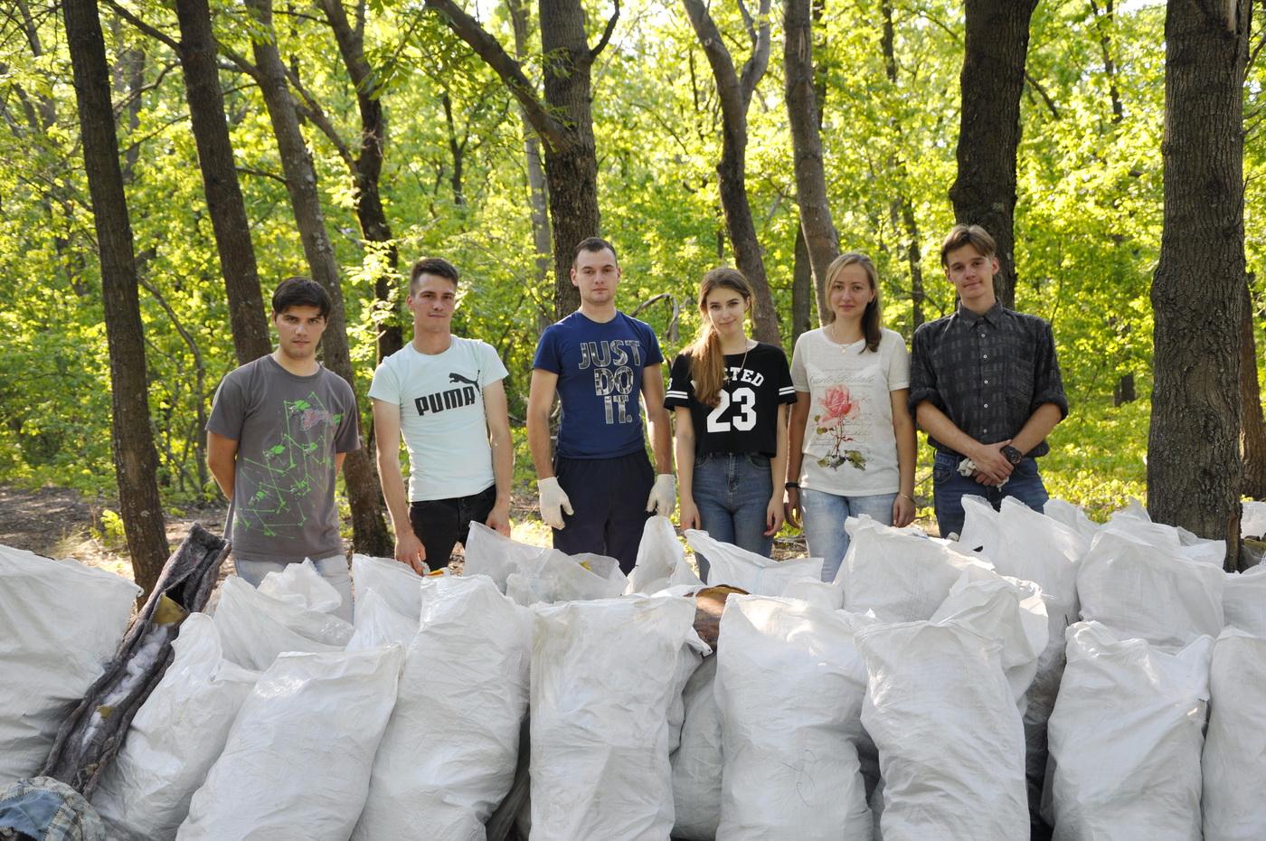 Молодёжные активисты собрали 40 мешков мусора в лесополосе Каменнобродского района Луганска