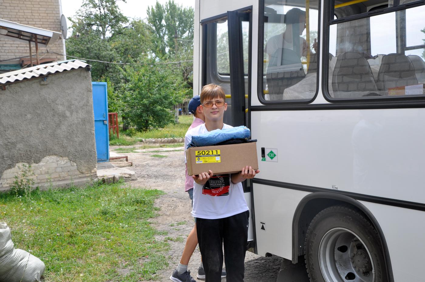 Депутаты Молодёжного парламента и активисты проекта «Волонтёр» помогли воспитанникам ровеньковского дома-интерната 3