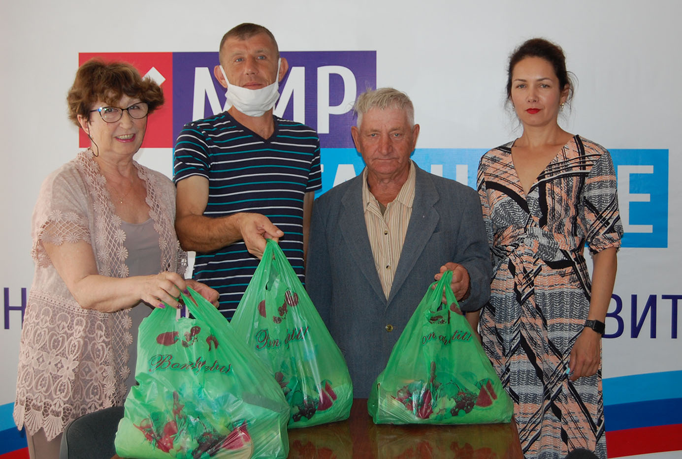 Жители Лутугинского района получили гуманитарную помощь от проекта «Волонтёр»