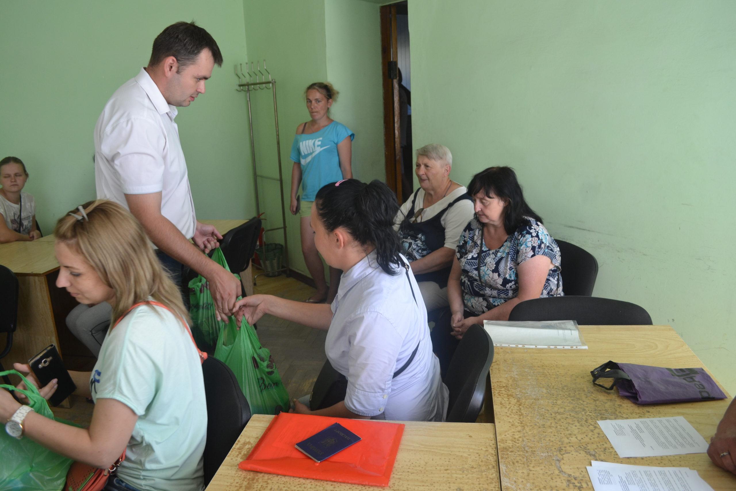 Белла Демешко передала от проекта «Волонтёр» помощь жителям Ровеньков 1