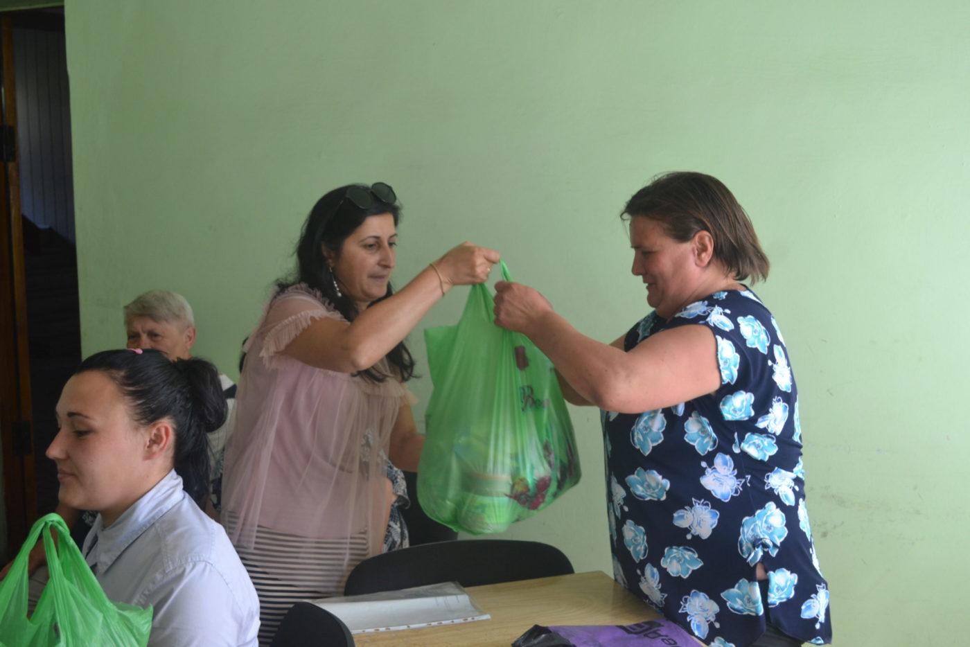Белла Демешко передала от проекта «Волонтёр» помощь жителям Ровеньков