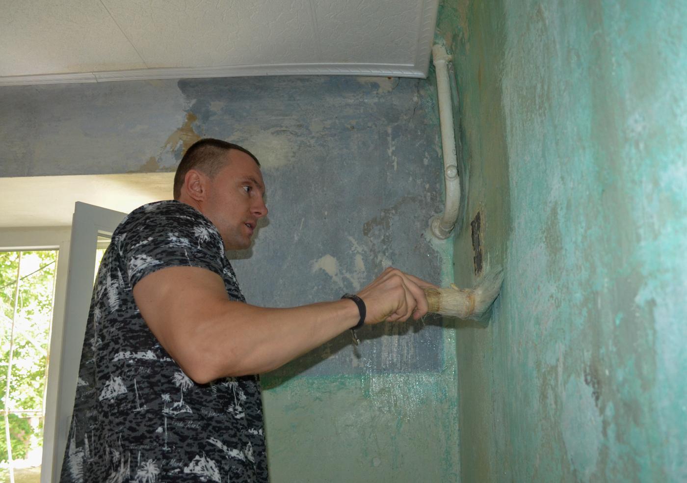 В Ровеньках активисты проекта «Дружина» помогли благоустроить помещение городской организации ветеранов 3
