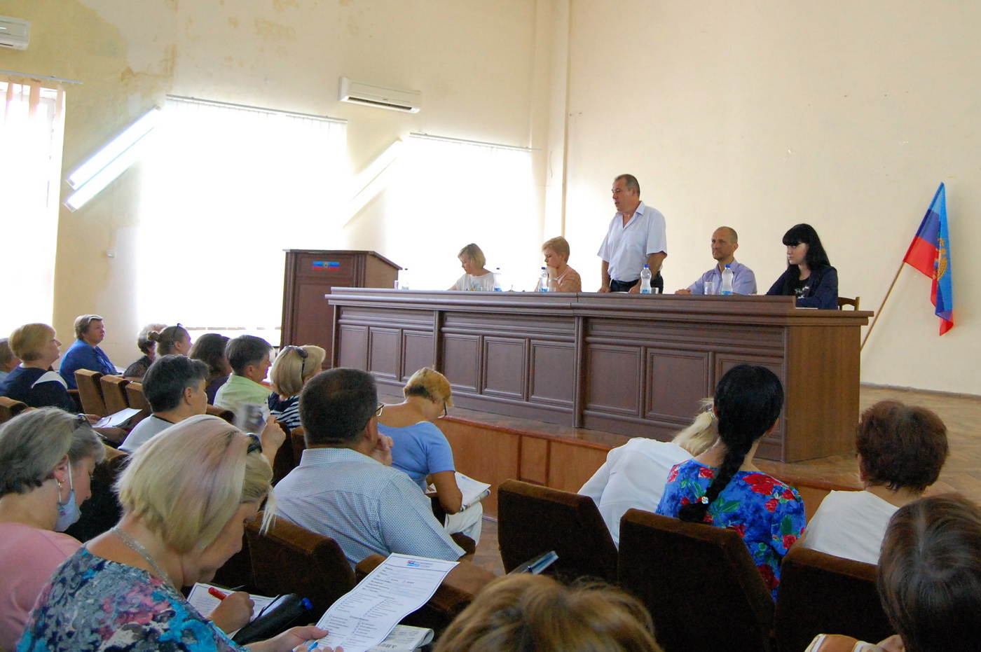 Председатели органов самоорганизации населения Жовтневого района Луганска получили новые штампы