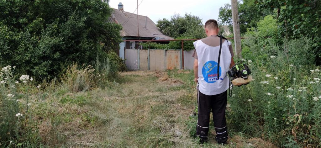 В Краснодоне активисты ОД «Мир Луганщине» покосили и убрали траву возле дома пенсионера 2