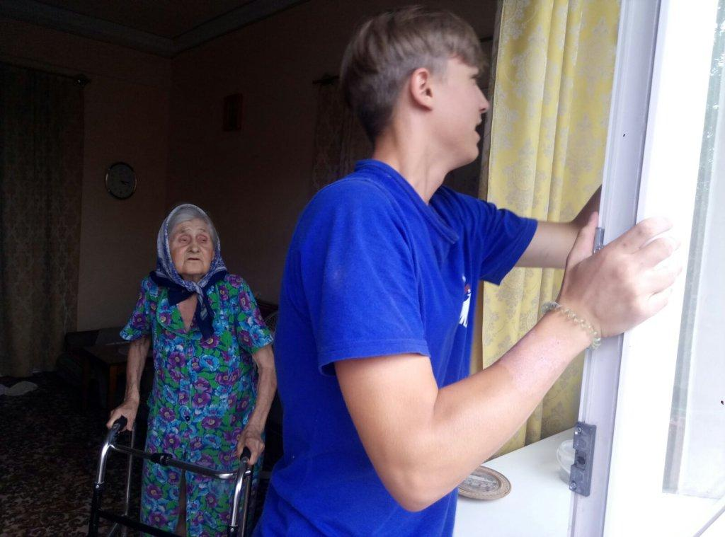 Волонтеры Алчевска помогли ветерану