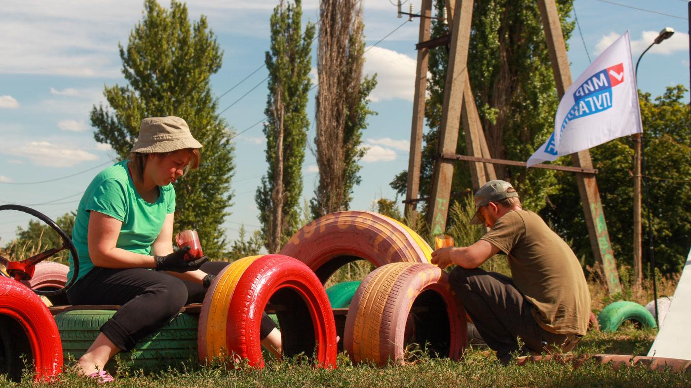 Юрий Юров и жители посёлка Большая Вергунка покрасили детскую площадку 2