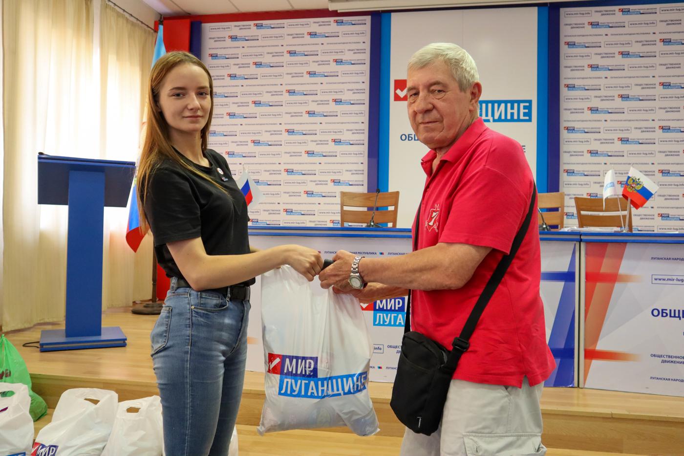 Ветеранам спорта Луганска выдали продуктовые наборы от проекта «Волонтёр» 3