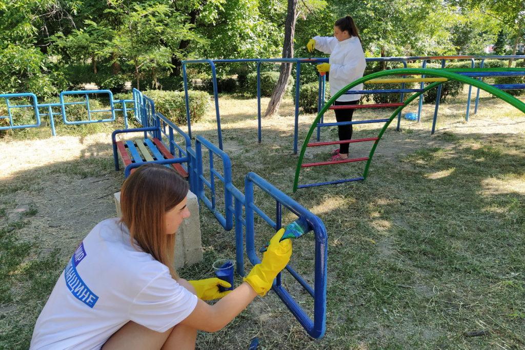 В Перевальске активисты проекта «Молодая Гвардия» привели в порядок спортивную площадку