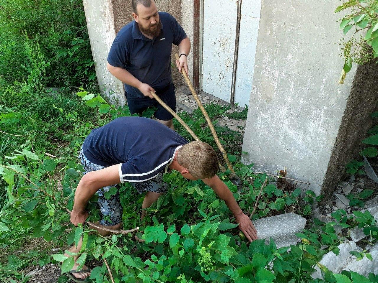 Краснодонские активисты ОД «Мир Луганщине» провели субботник в посёлке Изварино 2