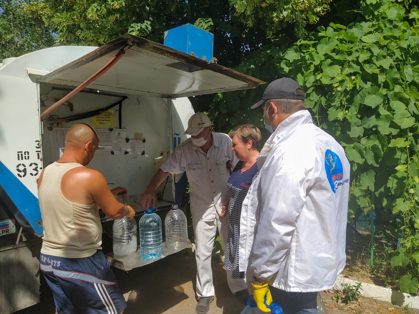 В Перевальске волонтёры акции «Рука помощи» помогли пенсионерке