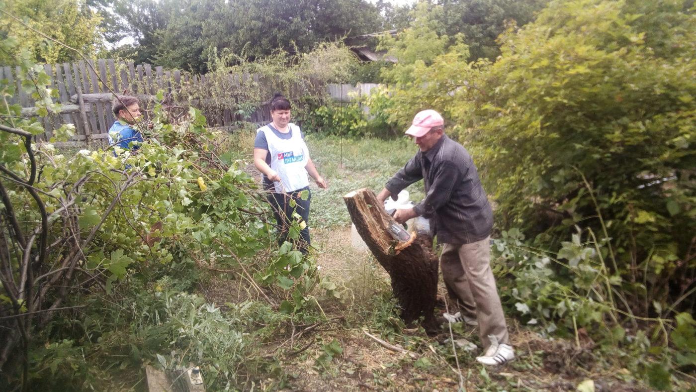 Волонтёры ОД «Мир Луганщине» оказали помощь одинокой жительнице села Весёлая Гора