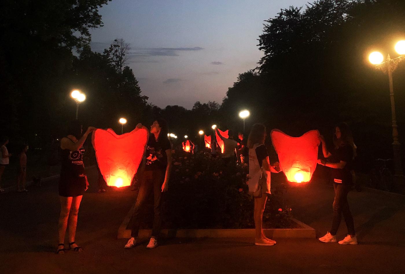Активисты ОД «Мир Луганщине» Луганска запустили в небо фонарики в память о погибших в Старой Кондрашовке при обстреле ВСУ 2