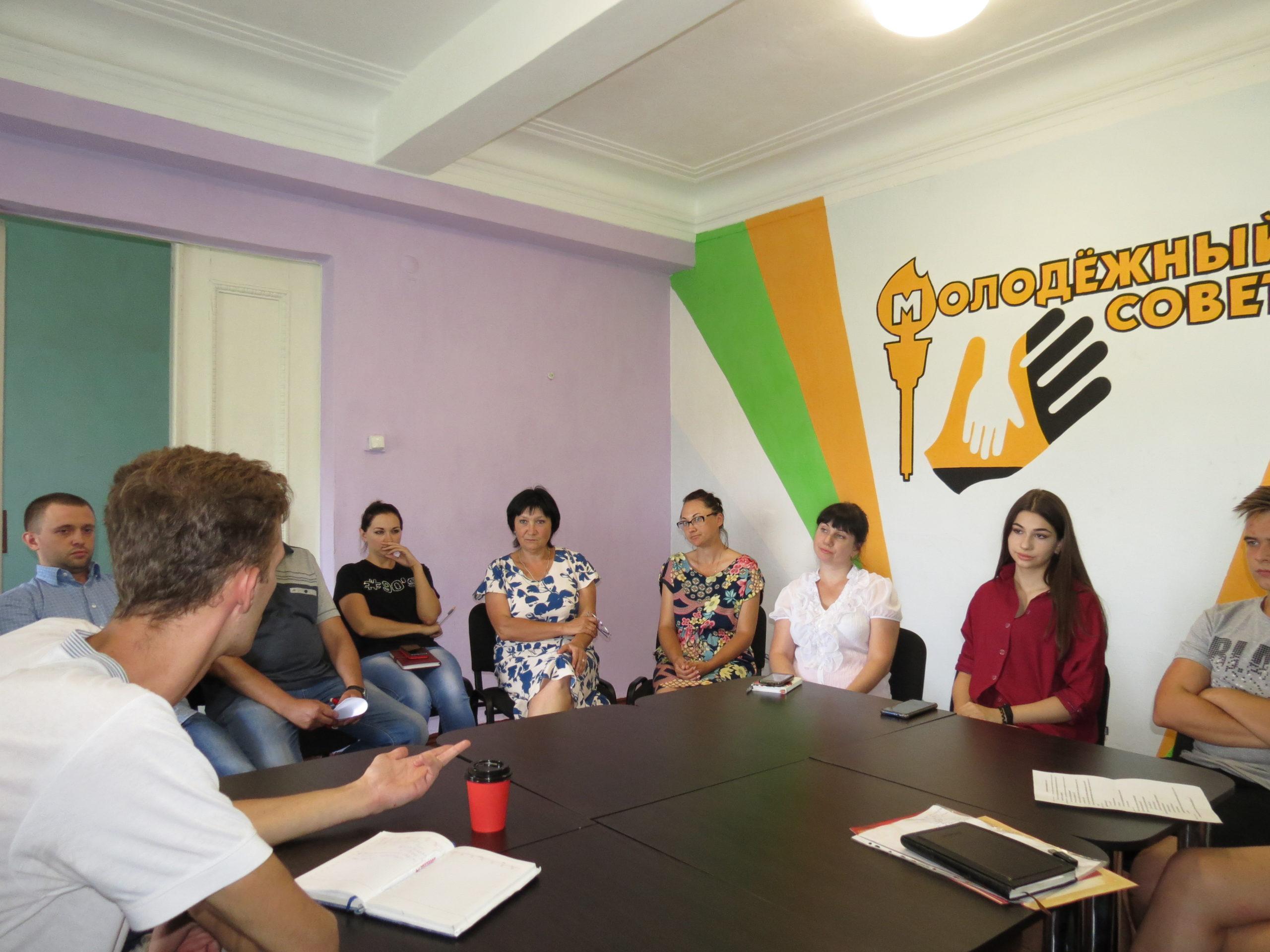 В Краснодоне координатор проекта «Молодая Гвардия» Олег Орлов встретился с молодёжными активистами
