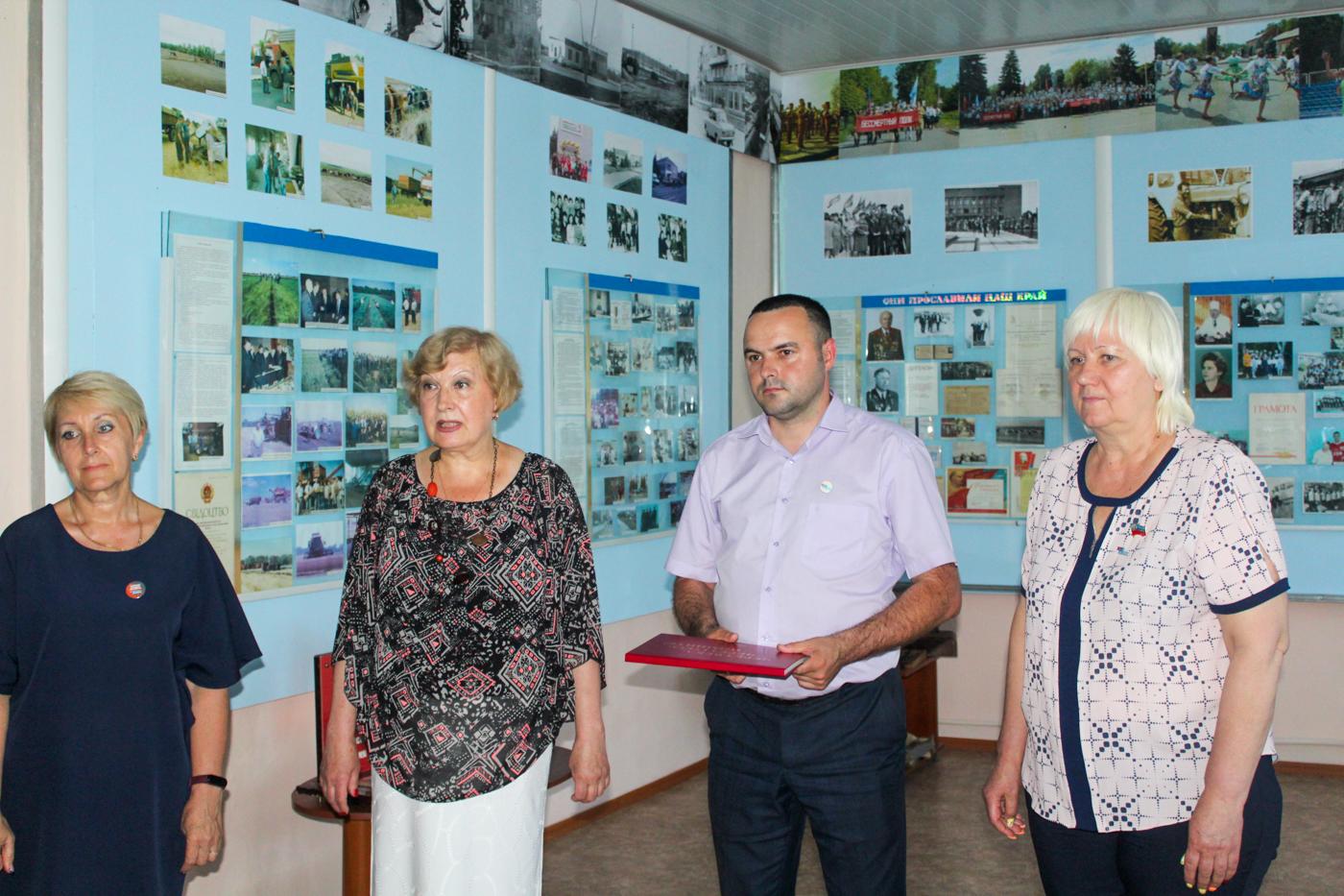 В Славяносербске передали копию Книги памяти «Через века, через года – помните!» музею
