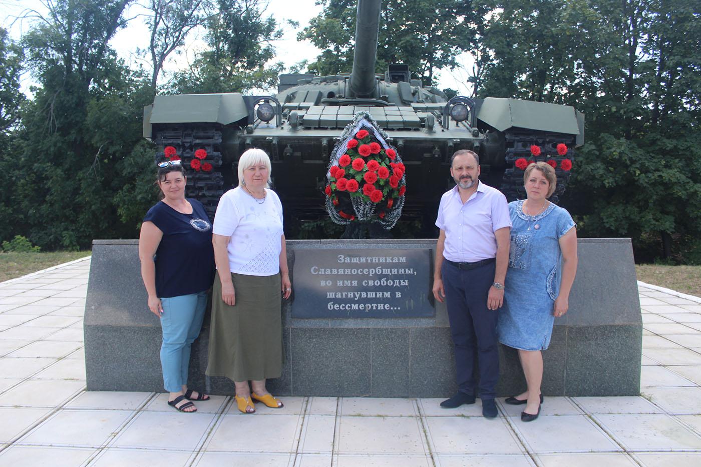 Светлана Гизай и Андрей Лицоев возложили цветы к памятнику погибшим ополченцам на Бахмутской трассе