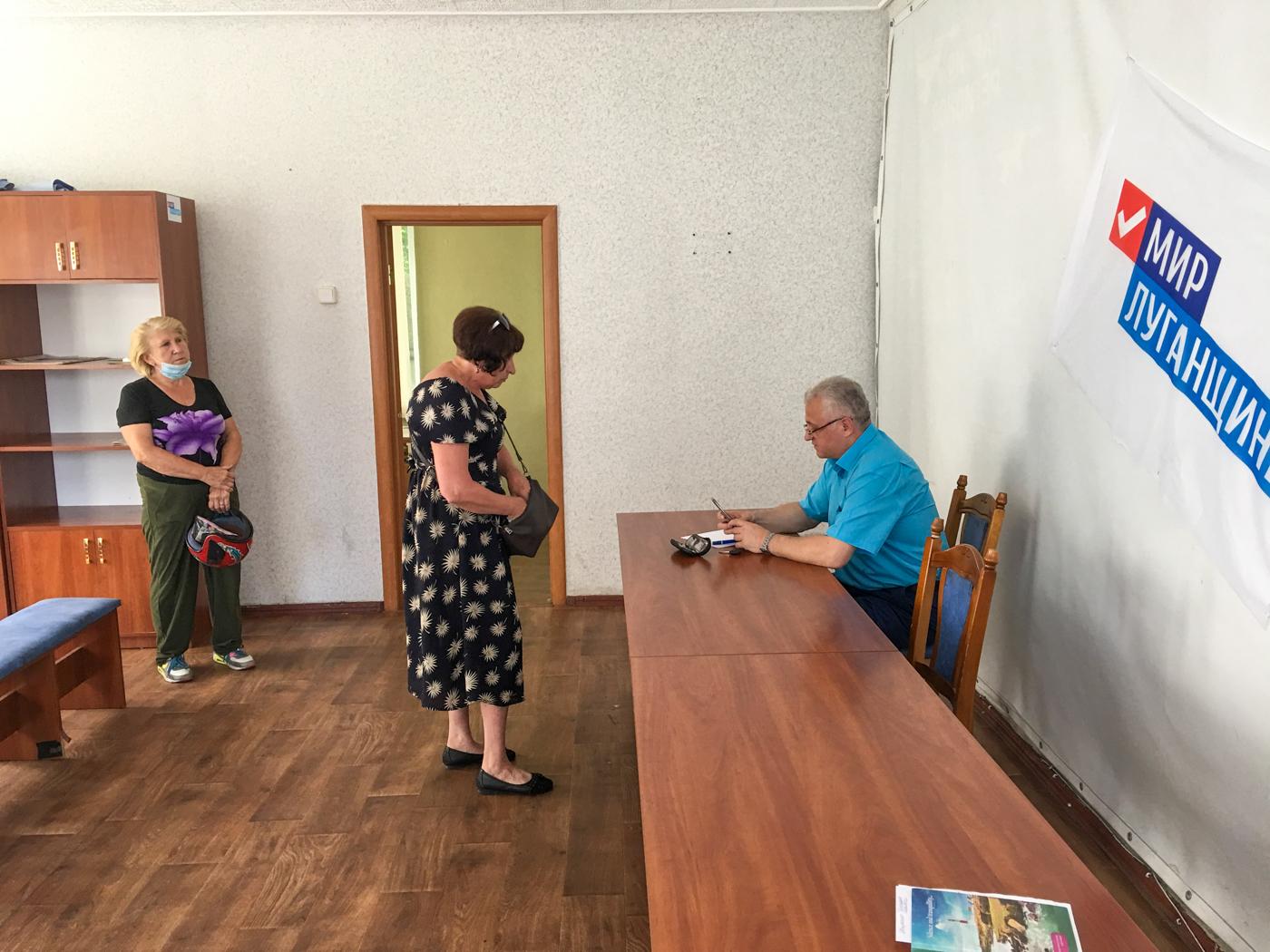 В Красном Луче глава администрации и работник теротделения ОД«Мир Луганщине» провели приём граждан