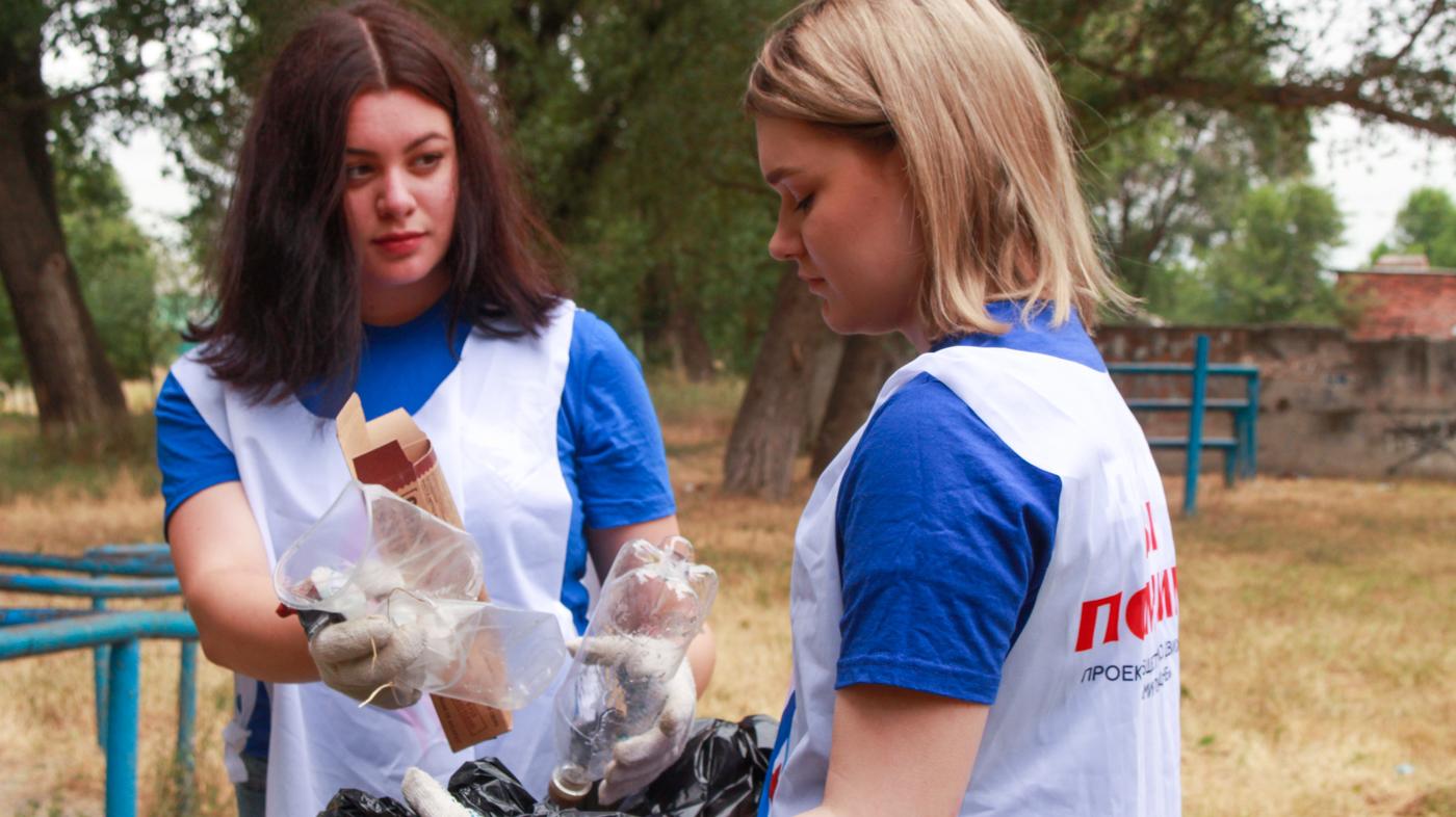 Активисты проекта «Мы помним!» вывезли мусор с территории Луганской школы