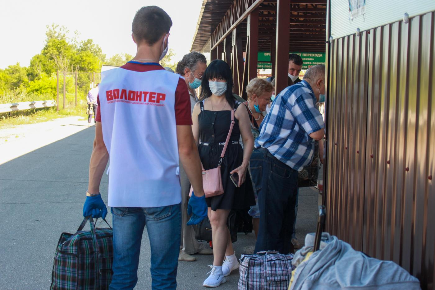 Волонтёры ЛНР постоянно работают на пункте пропуска у Станицы Луганской