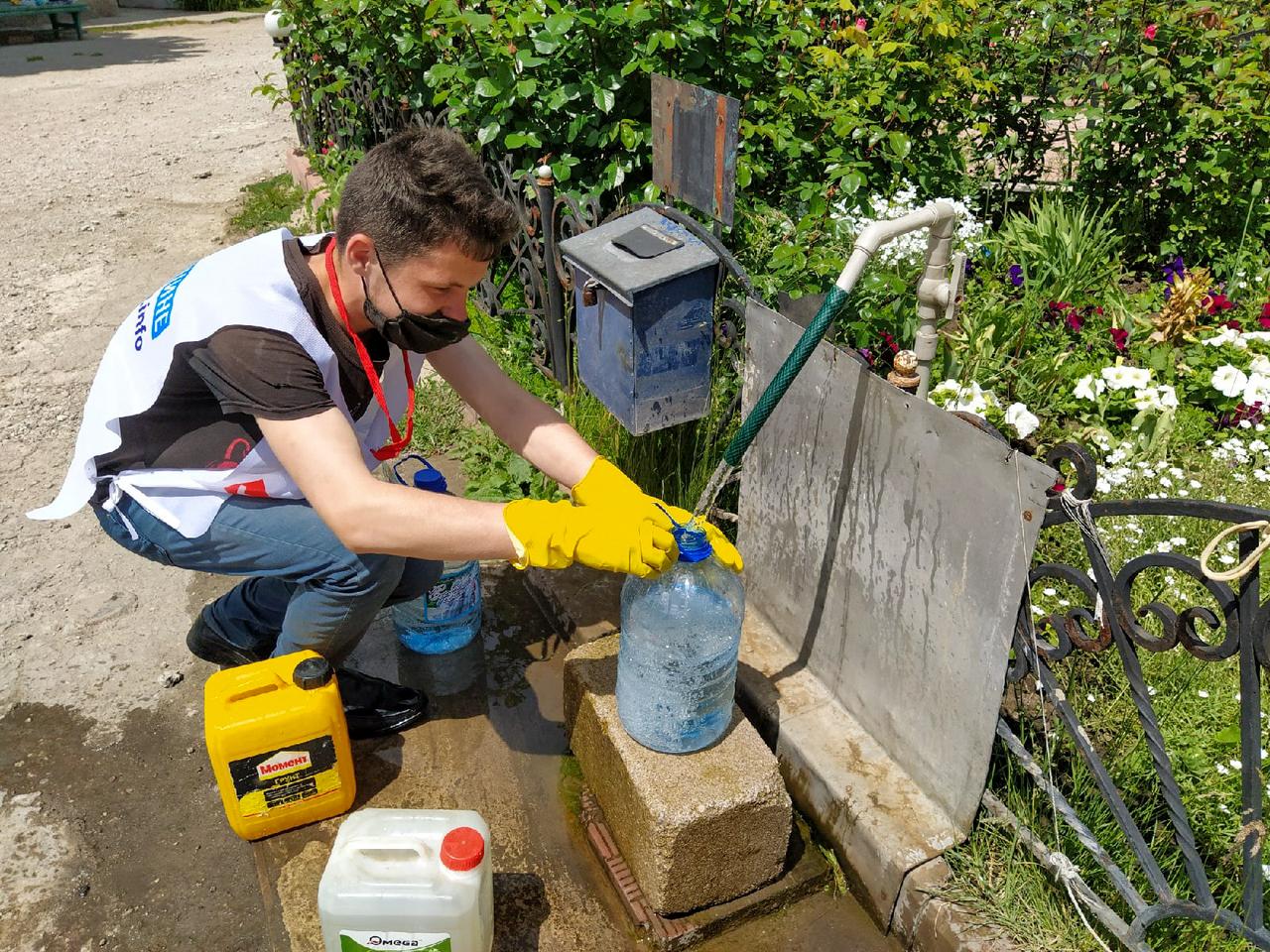 В Перевальске волонтёры помогли жительнице города в рамках акции «Рука помощи»