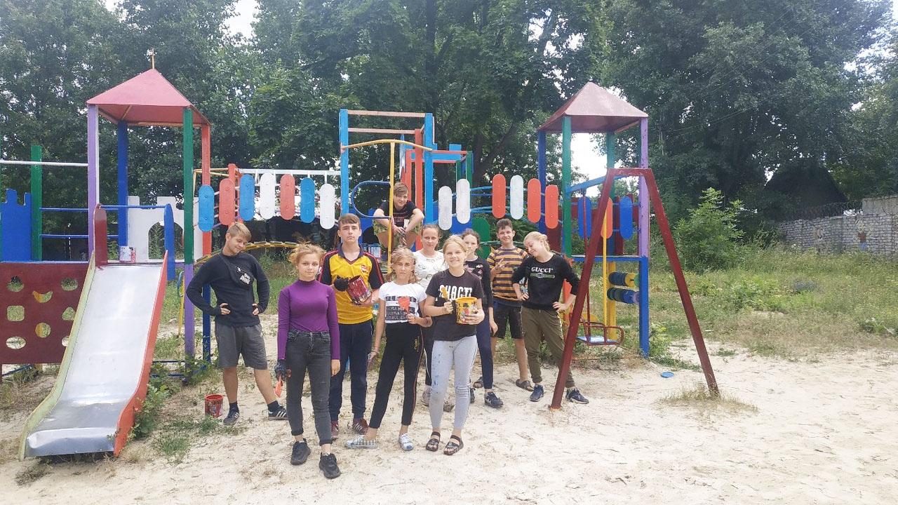 Активисты ОД «Мир Луганщине» покрасили детскую площадку в Зоринске