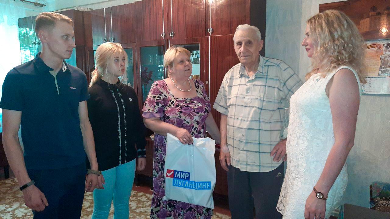 Активисты ОД «Мир Луганщине» Антрацита посетили ветерана Великой Отечественной войны