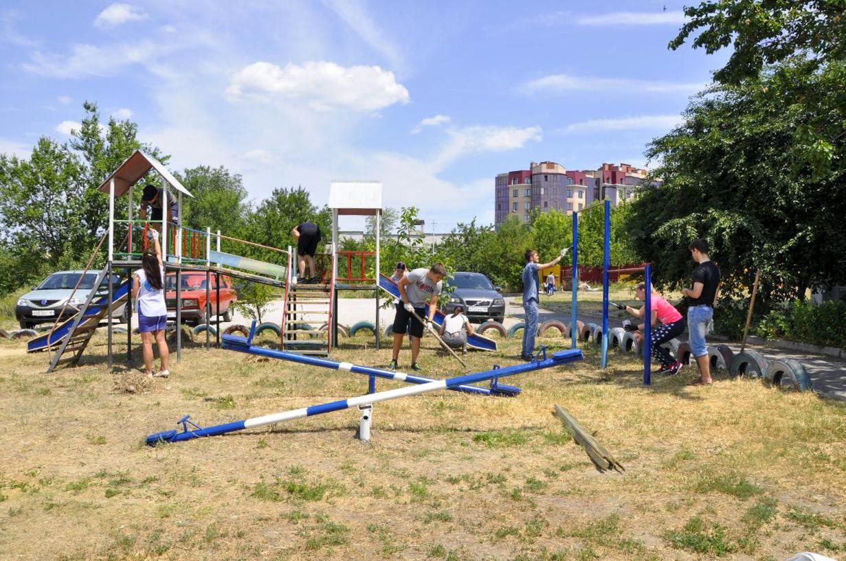 Активисты проекта «Молодая Гвардия» и депутаты помогли благоустроить детскую площадку в Луганске
