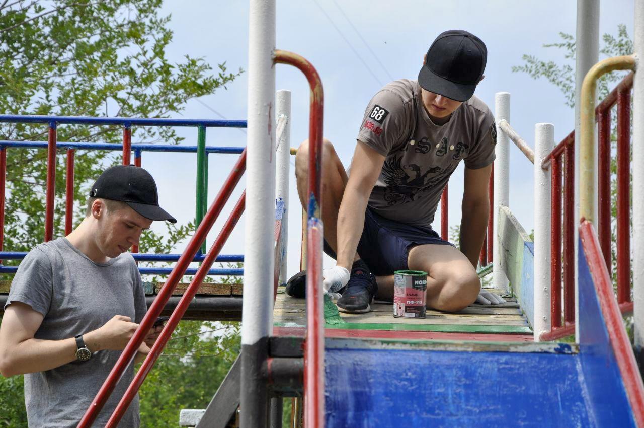 Активисты проекта «Молодая Гвардия» и депутаты помогли благоустроить детскую площадку в Луганске 3