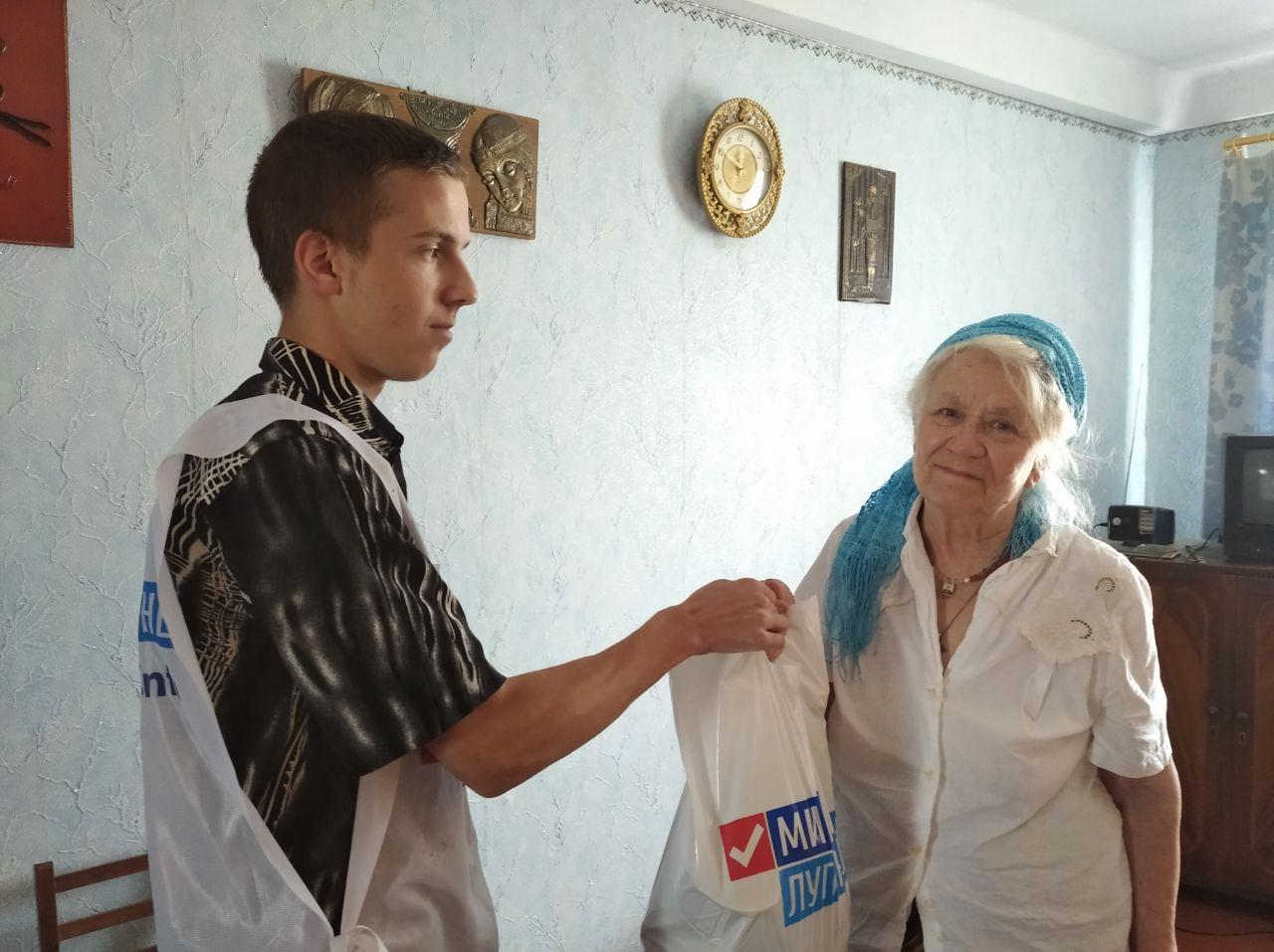 Жительнице Алчевска вручили помощь от проекта «Волонтёр»