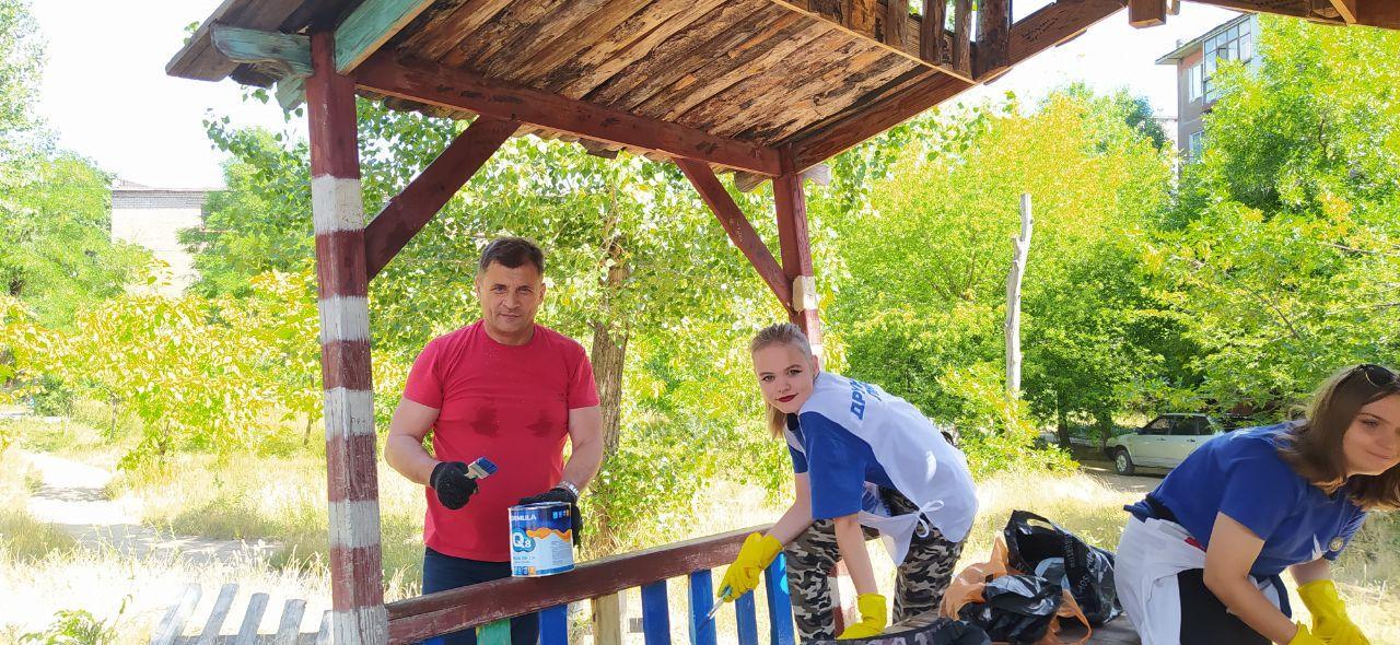 В Алчевске активисты проекта «Дружина» благоустроили еще одну детскую площадку