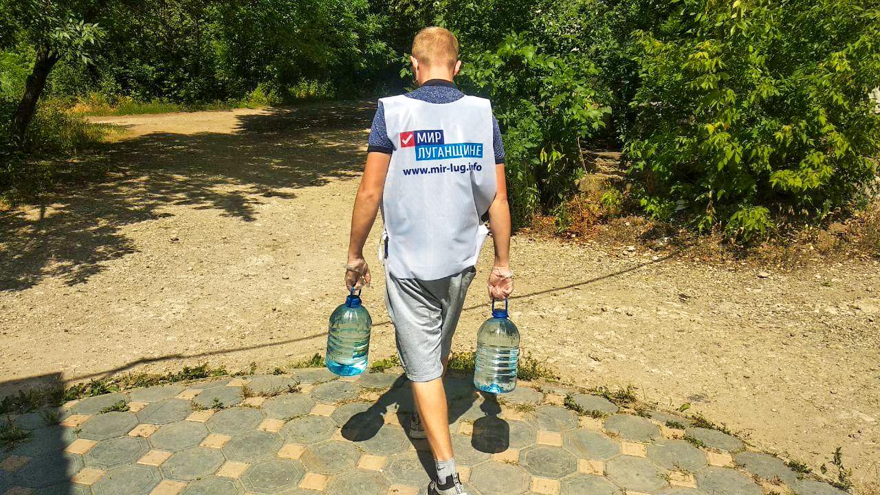 Волонтёры акции «Рука помощи» из Стаханова помогли жителям города на самоизоляции  4