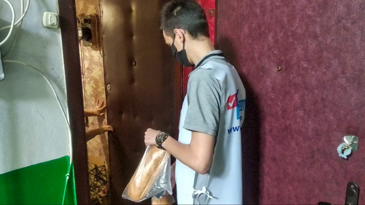 Волонтёры акции «Рука помощи» из Стаханова помогли жителям города на самоизоляции  2
