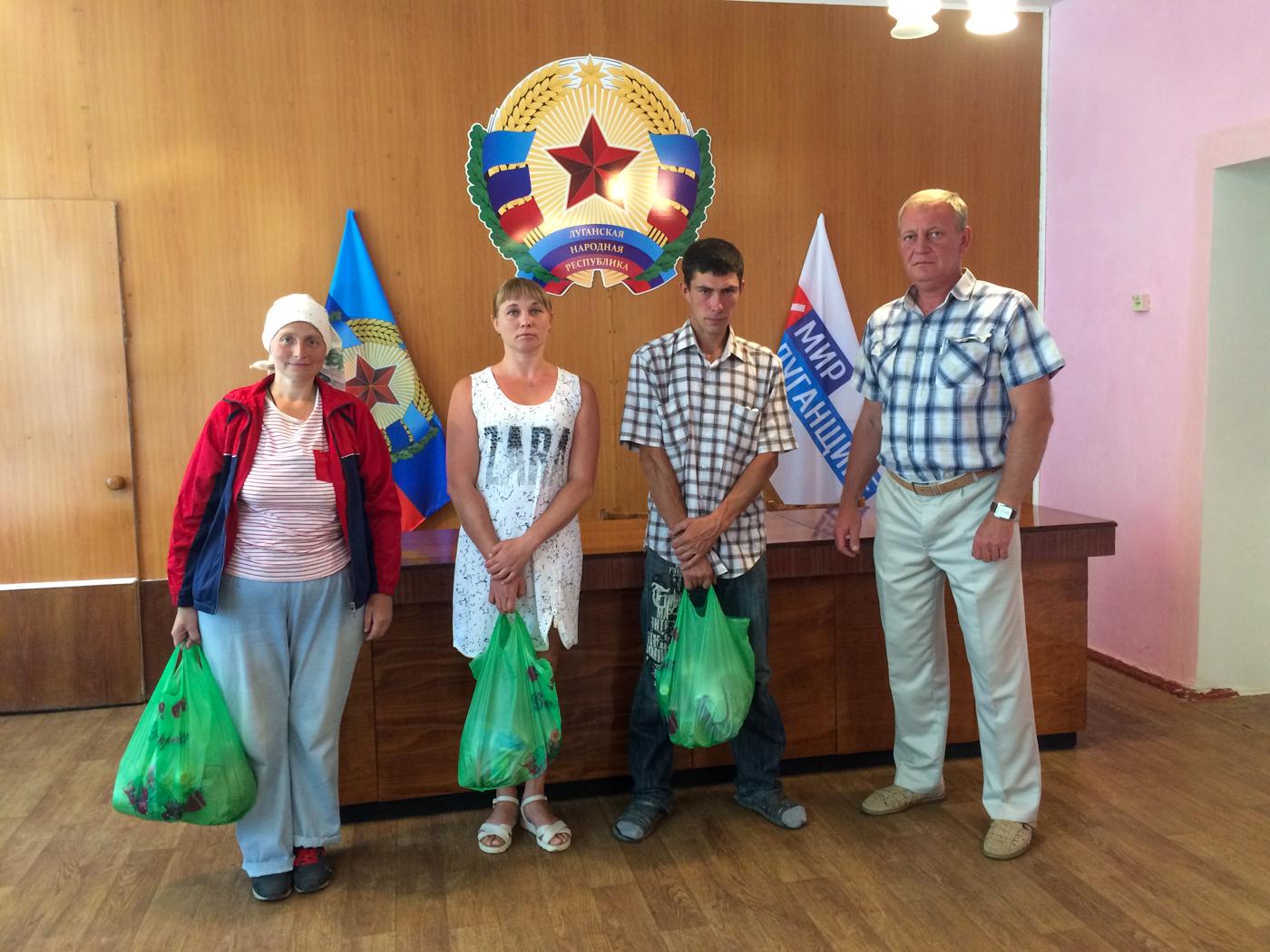 Жителям городов Ирмино и Алмазная передали продуктовые наборы от проекта «Волонтёр» 2