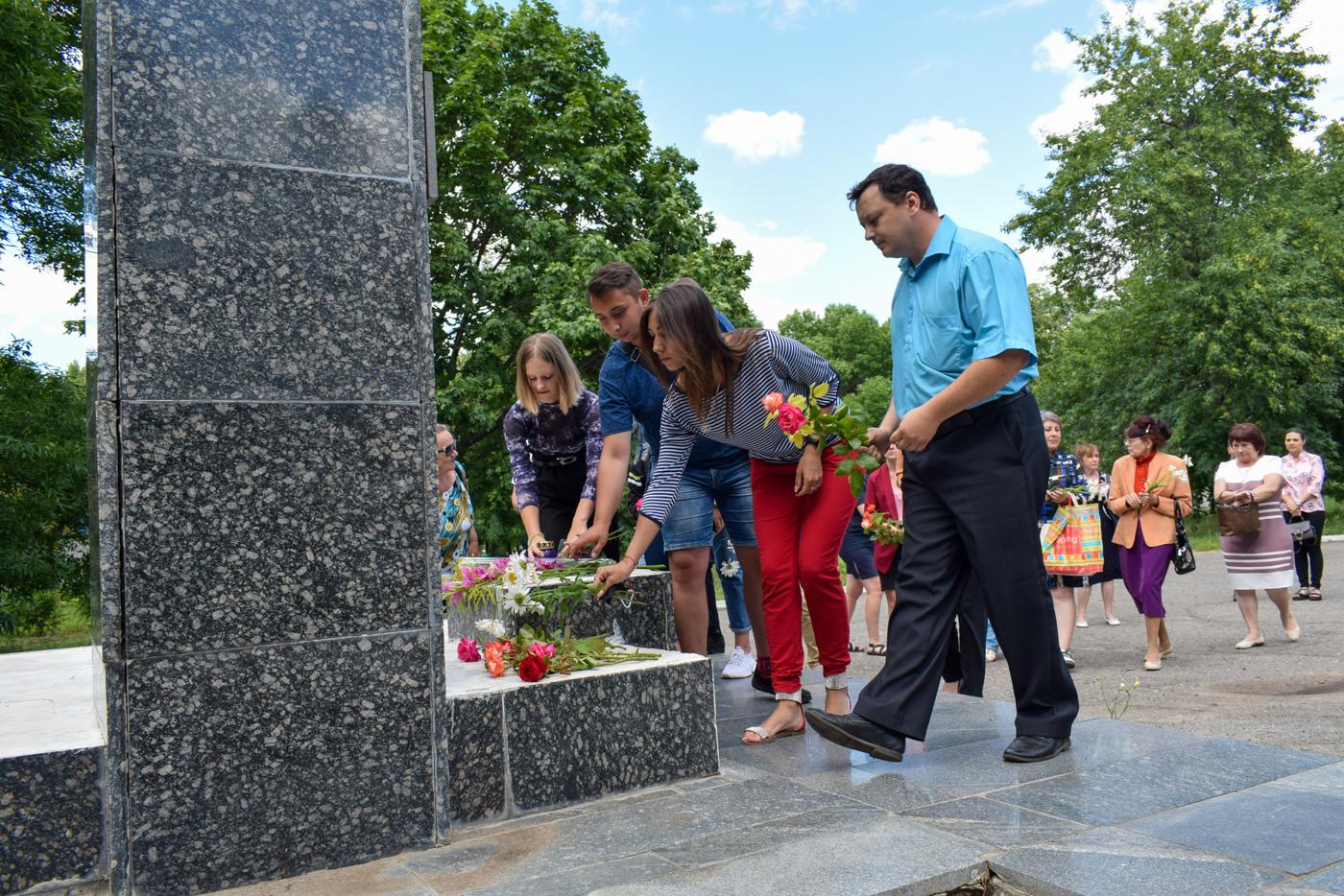 В Первомайске возложили цветы к памятнику Борису Горбатову