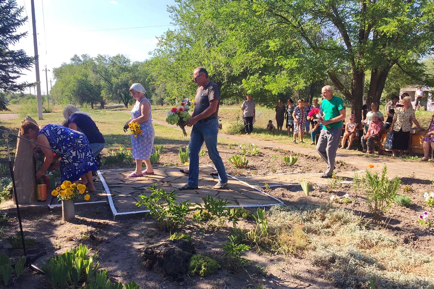 В посёлке Фабричный Лутугинского района ЛНР почтили память погибших от рук ВСУ