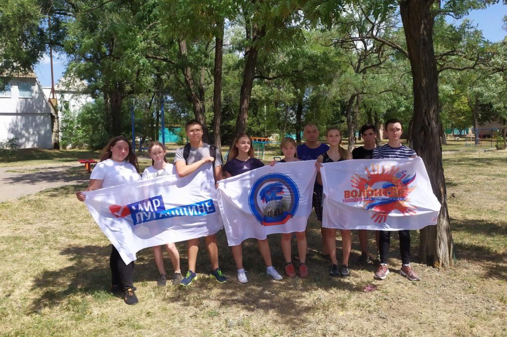 Активисты провели субботник у луганской школы №22