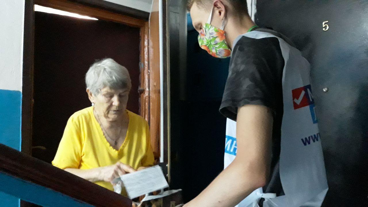 Волонтёры помогли трём антрацитовцам в рамках акции «Рука помощи»