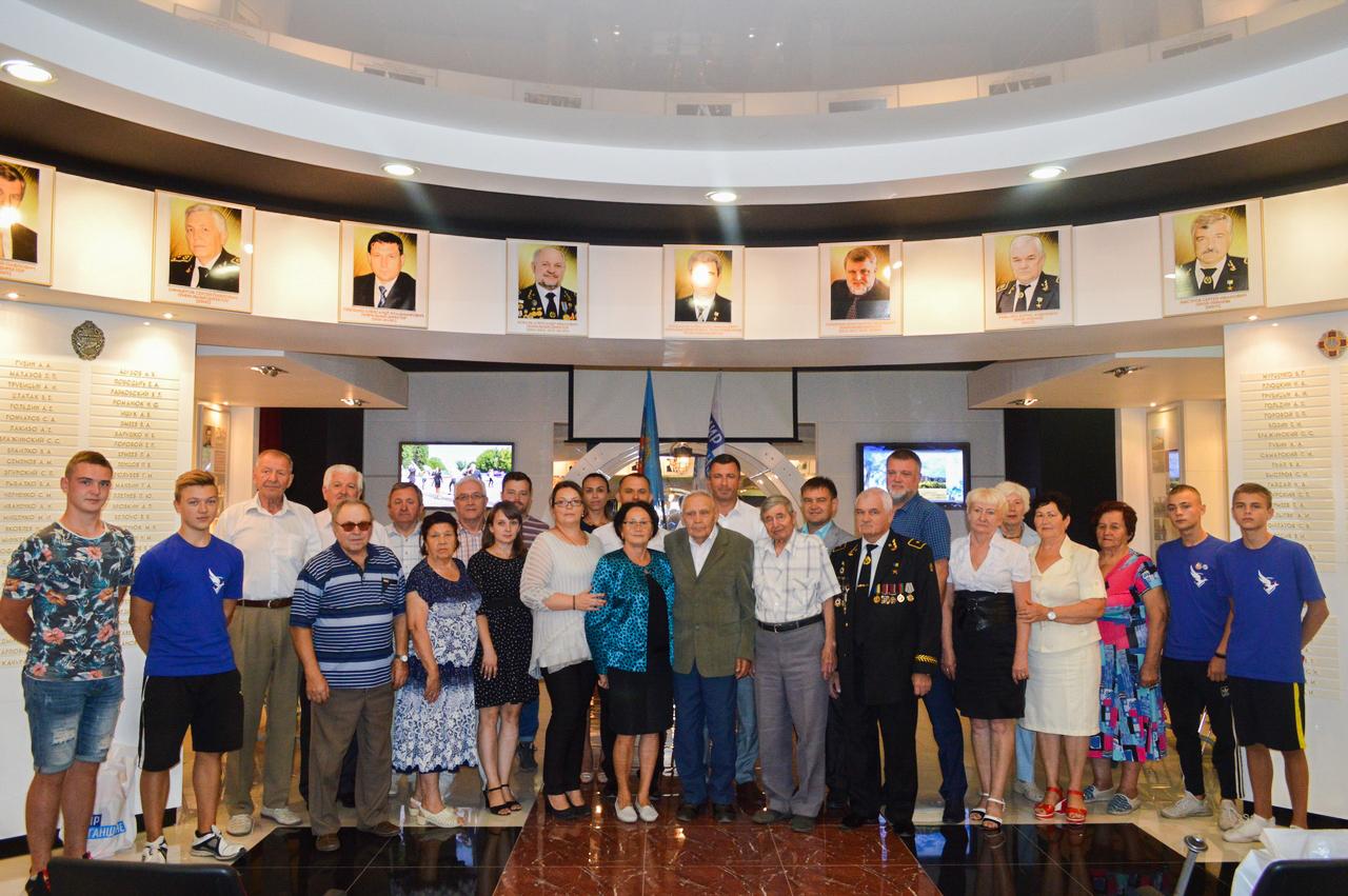 В Свердловске на встрече-беседе «Шахтёрский характер такой» активисты поздравили ветеранов труда