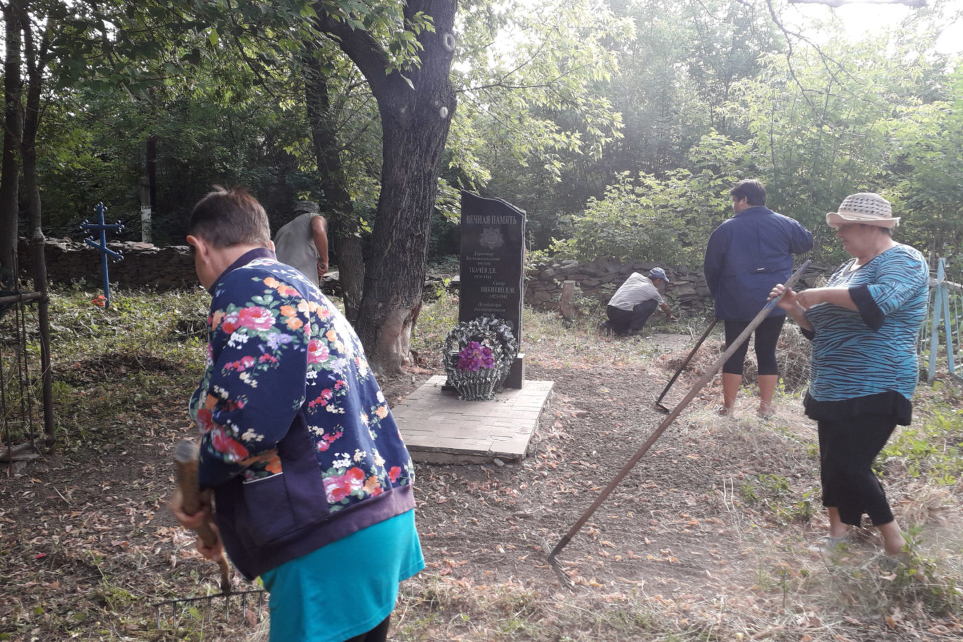 Краснодонские активисты благоустроили территорию братской могилы