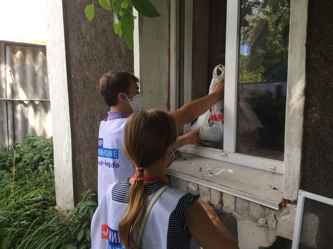 Активисты проекта «Молодая Гвардия» ОД «Мир Луганщине» помогли жителю Перевальска