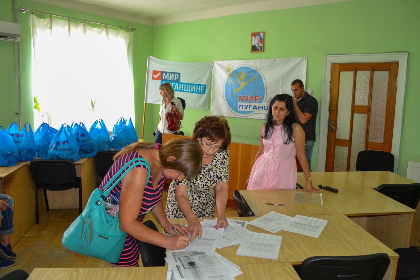 Многодетные семьи города Ровеньки получили помощь от проекта «Волонтёр» ОД «Мир Луганщине» 2