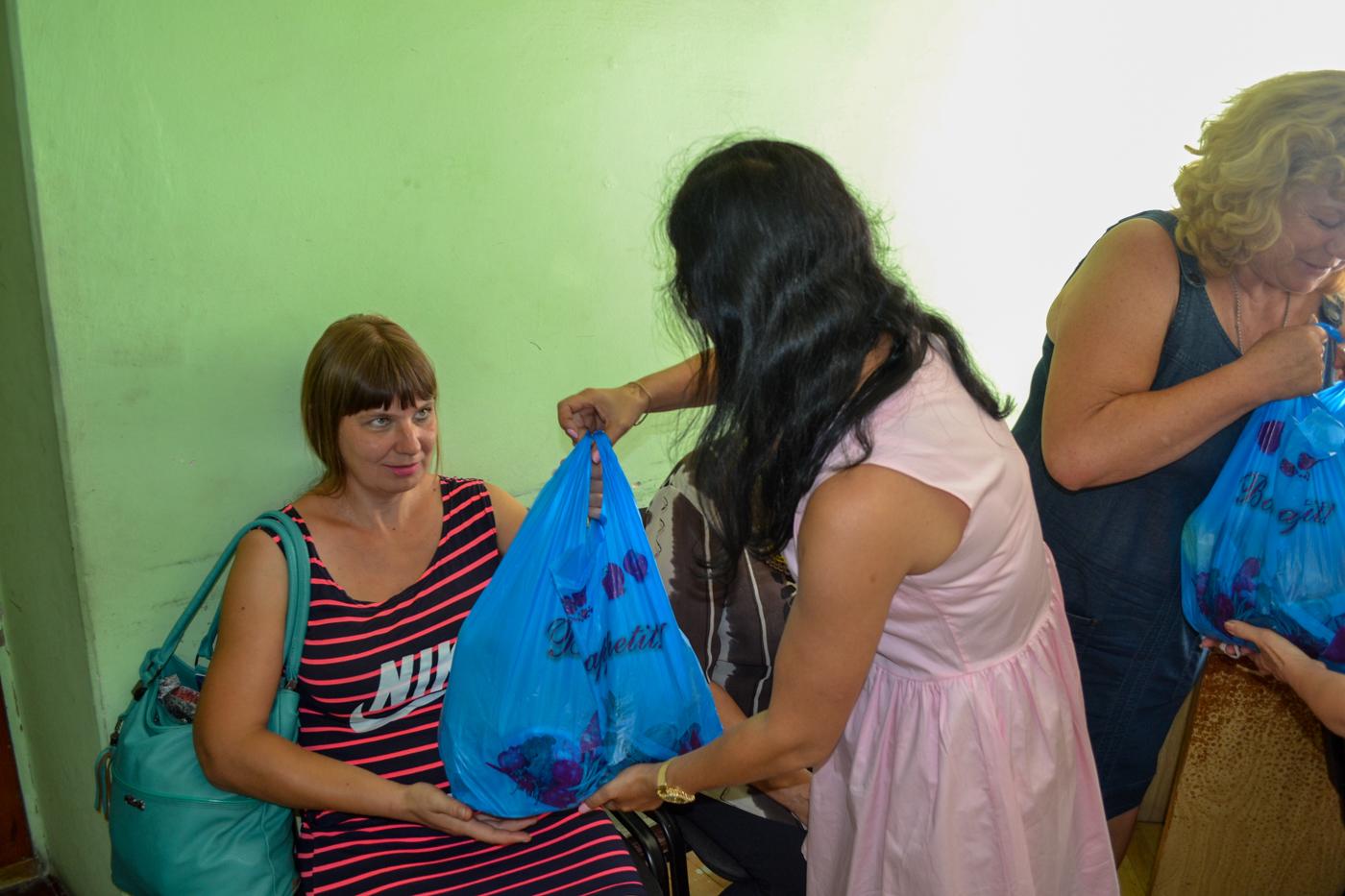 Многодетные семьи города Ровеньки получили помощь от проекта «Волонтёр» ОД «Мир Луганщине» 1