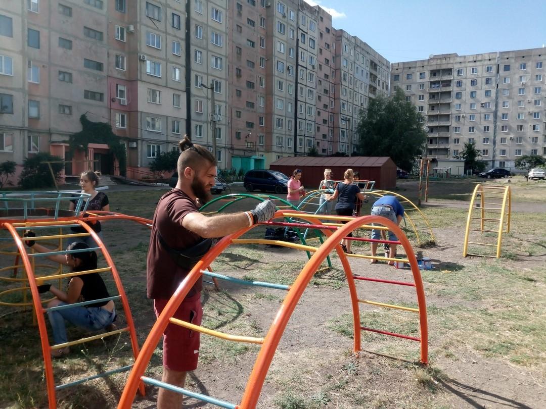 Активисты проектов «Молодая Гвардия» и «Дружина» ОД «Мир Луганщине» благоустроили детскую площадку в городе Ровеньки