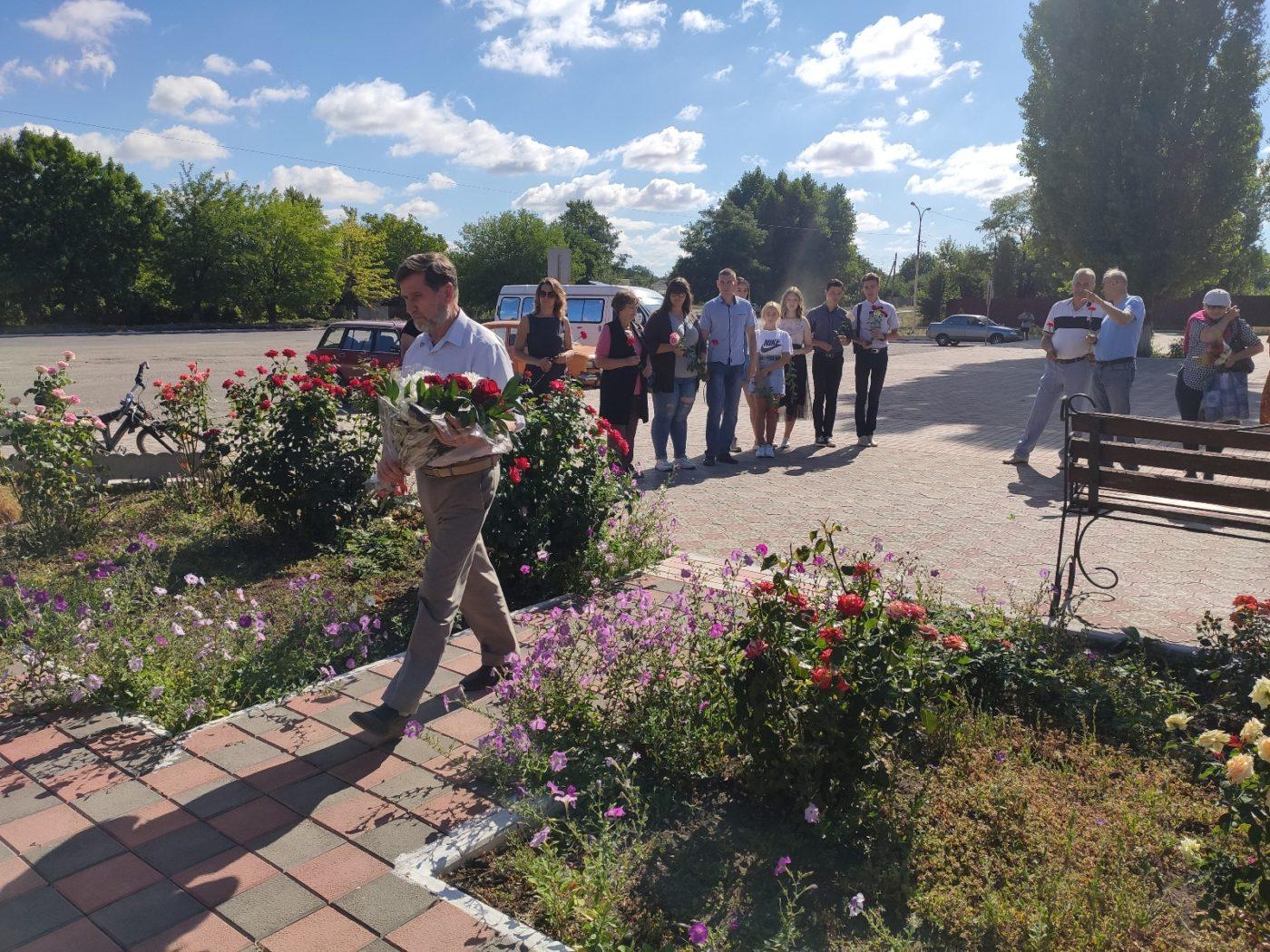 Активисты ОД «Мир Луганщине» возложили цветы к памятному знаку, посвященному шахтёрам-кировчанам