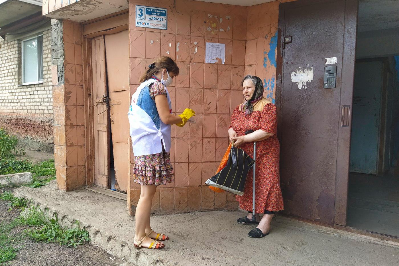 В рамках акции «Рука помощи» волонтёры оказали помощь двоим жителям Свердловского района