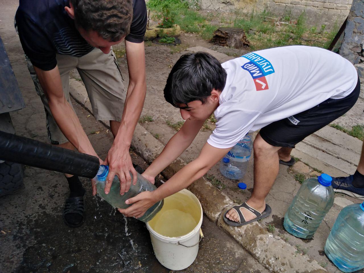 Активисты «Молодой Гвардии» помогли пенсионеру с доставкой воды