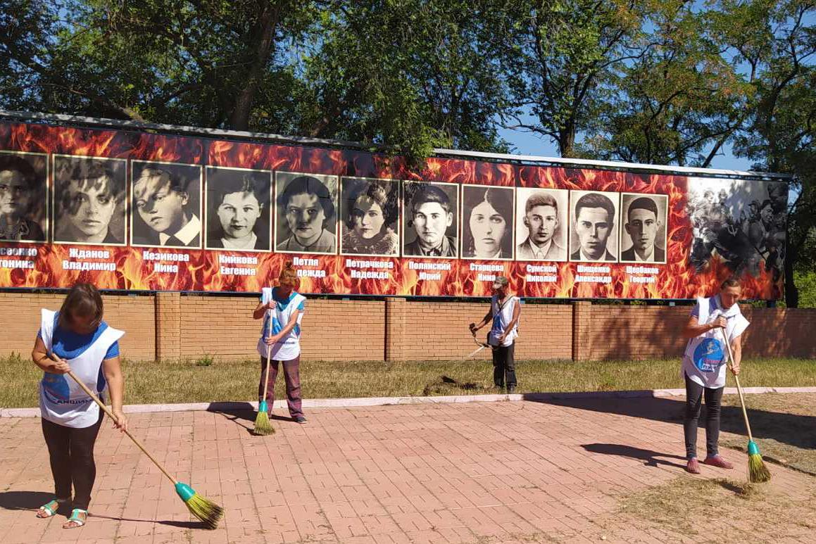 Субботник у мемориального комплекса «Бессмертие» провели активисты Краснодонского теротделения ОД «Мир Луганщине»  2