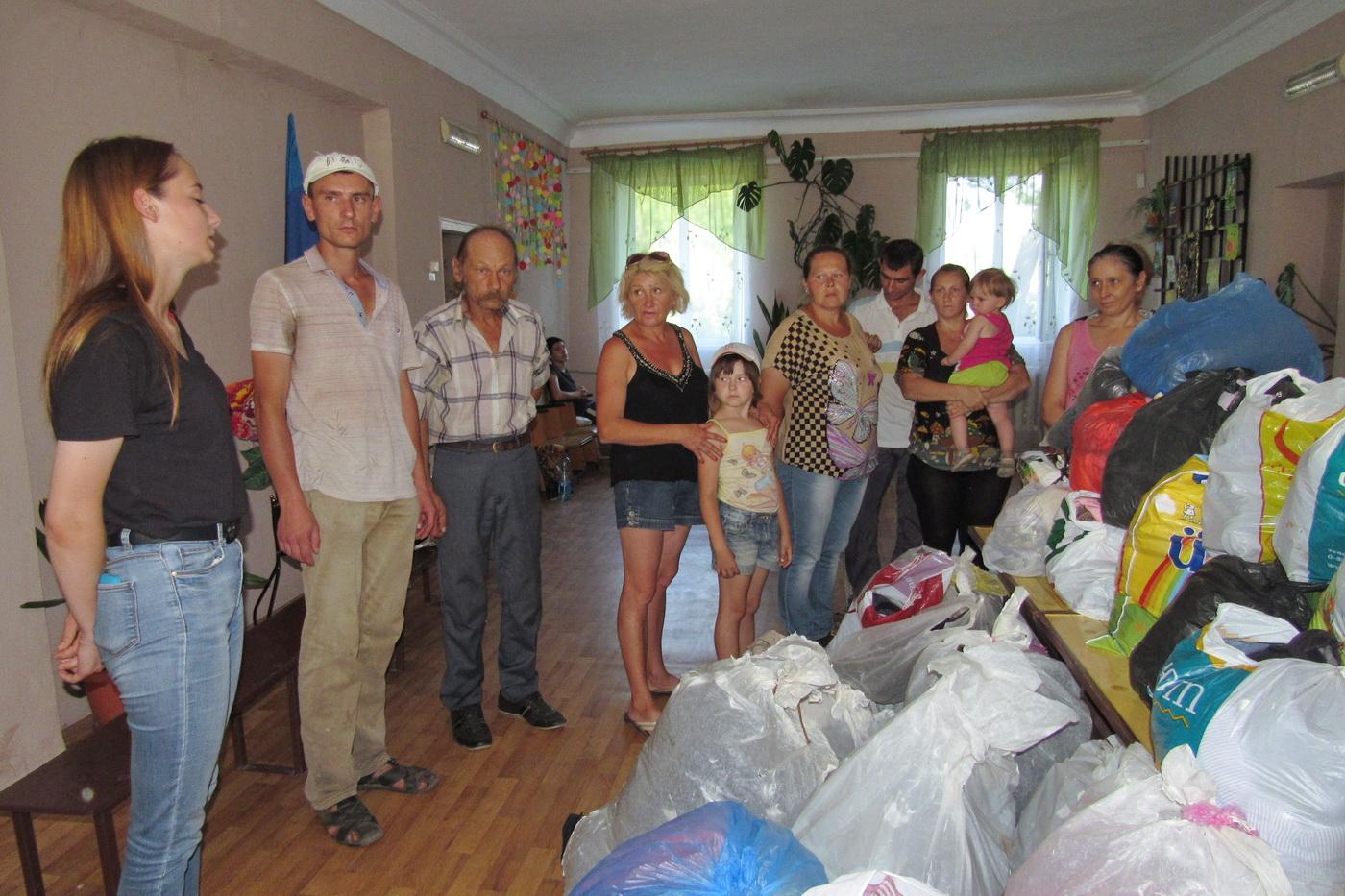 Участники проекта «Волонтёр» передали вещи в стахановский центр соцобслуживания населения